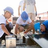 """14. September 2021Die Primarschule Uitikon erhält eine Solaranlage, die Schülerinnen und Schüler helfen bei der Installation.Ein Projekt von My Blue Planet """"Klimaschule"""". (Valentin Hehli)"""