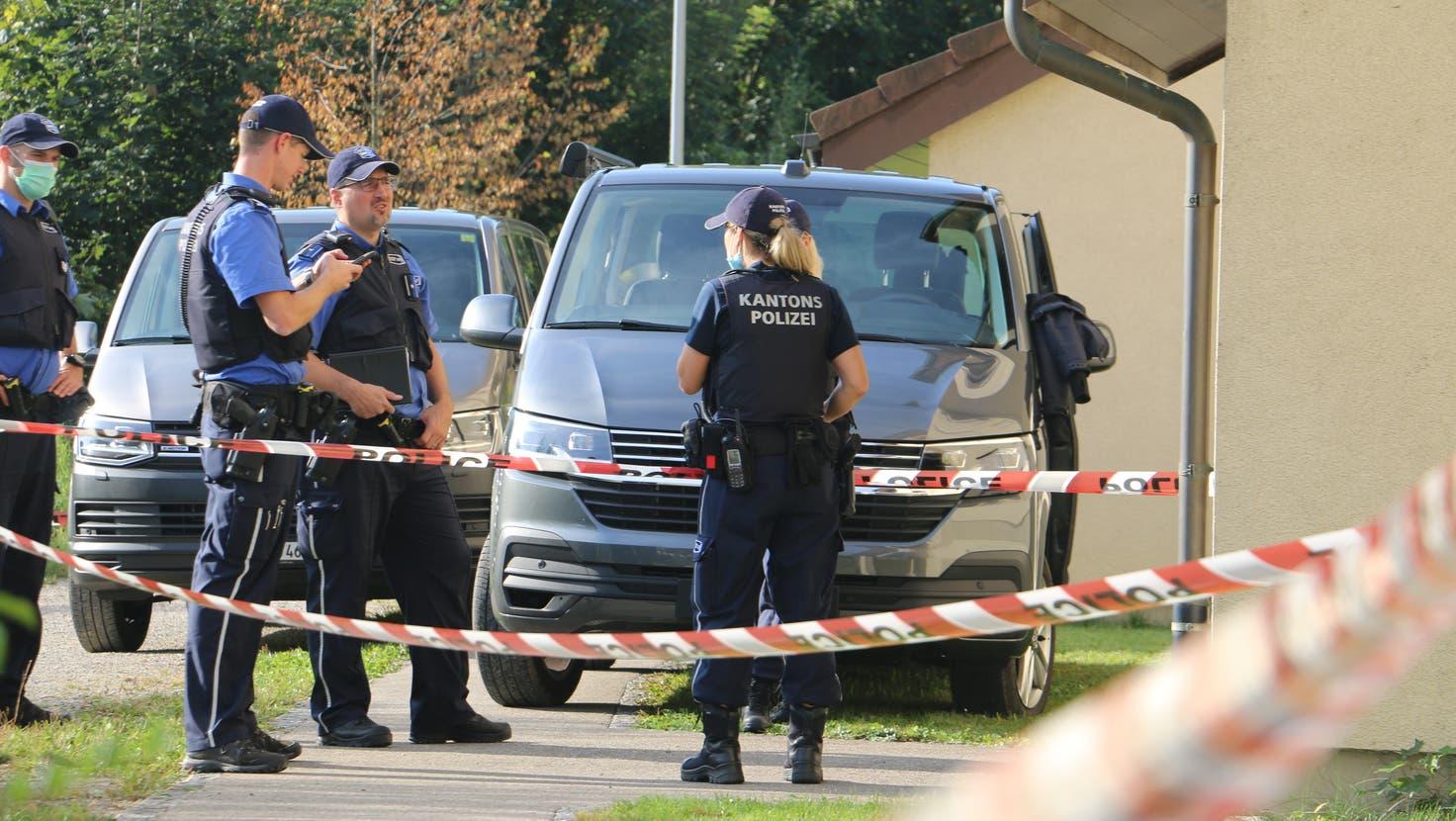 Bei den Ermittlungen konnte die Polizei ein Messer als mutmassliche Tatwaffe sicherstellen. (Dennis Kalt / «Aargauer Zeitung»)