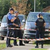 Die Polizei ermittelte bei einem Mehrfamilienhaus in Frick, nachdem sie dort in einer Wohnung zwei Tote vorfand. (Dennis Kalt / Aargauer Zeitung)