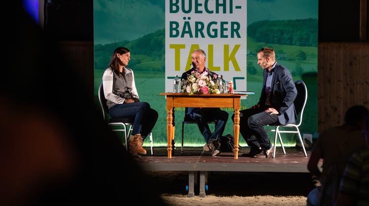 Live in Hessigkofen und erstmals auch via Stream: BrennerinManuela Schwab und alt Bundesrat Adolf Ogi im Gespräch mit Simon Eberhard. (Michel Lüthi)