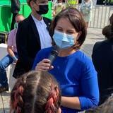 Kanzlerkandidatin Annalena Baerbock im Gespräch mit einer Klimaaktivistin in Ulm. (rit)