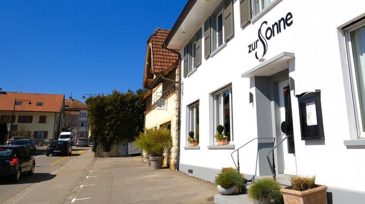 Das Restaurant «Zur Sonne» in Röschenz. Um das mitten im Dorf liegende Lokal tobt seit Jahren ein Lärmstreit. (Kenneth Nars)