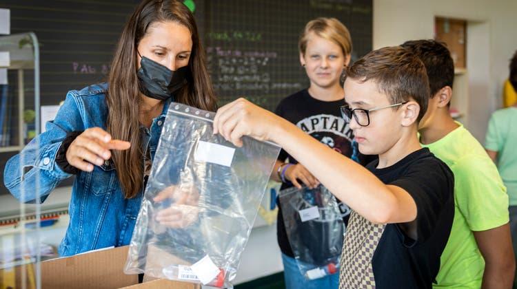 Am Primarschulzentrum Paul Reinhart in Weinfelden geben Schüler ihren Corona-Spucktest ab. (Bild: Reto Martin)