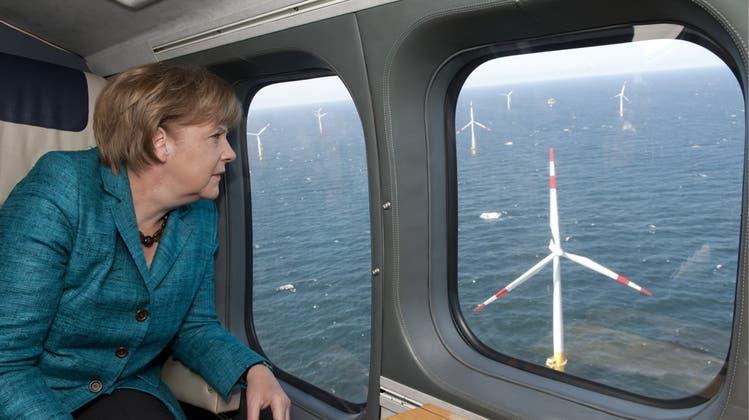 Aus dem Archiv: Bundeskanzlerin Angela Merkel besichtigt den ersten kommerziellen Offshore-Windpark in der Ostsee im Jahr 2011. (Keystone)