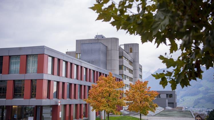 Das Spital Schwyz wird von Impfwilligen überrannt. (Bild: Urs Flüeler / KEYSTONE (Schwyz, 14. Oktober 2020))