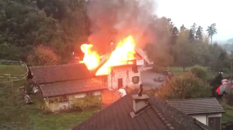 Haus wegen Zigarette abgebrannt: Mieterin steht vor Gericht