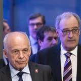 Die Diskussion über Gratistests geht in eine Extrarunde: Die SVP-Bundesräte Maurer (l.) und Parmelinsind in einer Zwickmühle. (Peter Klaunzer / KEYSTONE)