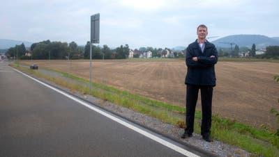 Max Zollinger auf der Bernstrasse vor dem Erdbeerifeld. (Lukas Elser)