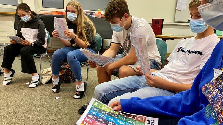 Die Oberstufenschüler erhalten ein Blatt mit einer Übersicht ihrer Kinderrechte. (Bild: Felicitas Markoff)
