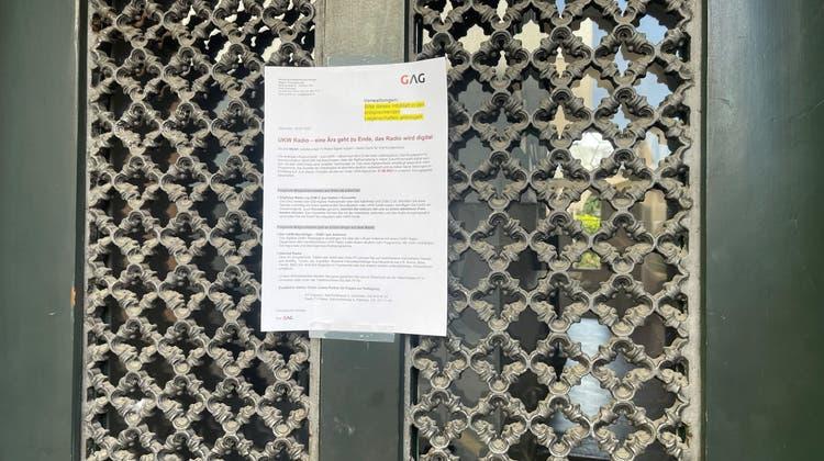 Dieses Infoblatt der GAG zur Abschaltung der UKW-Sender übers Kabelnetz wurde in den Grenchner Liegenschaften aufgehängt. (Oliver Menge)