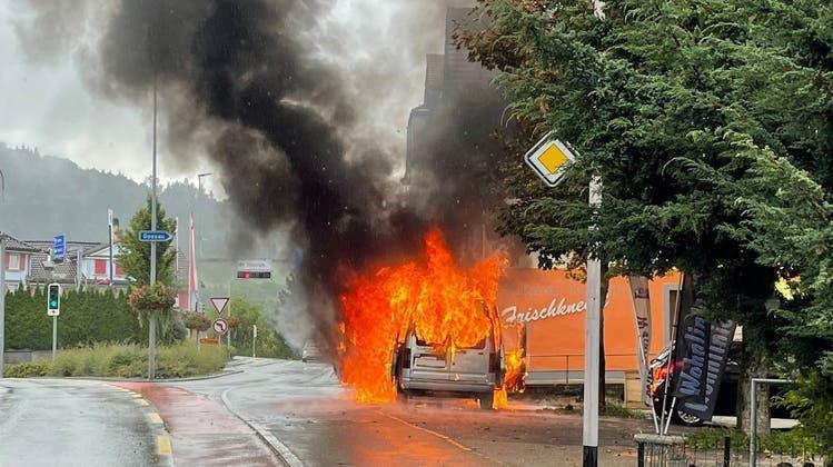 Beim Brand wurde niemand verletzt. Das Auto brannte hingegen komplett aus. (Bild: Kapo AR)