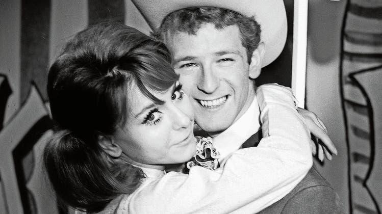 Auf dem Höhepunkt seiner Karriere: Peter Hinnen mit dem englischen Gaststar Alma Cogan, einer Freundin von Paul McCartney, in der deutschen Musiksendung «Musik aus Studio». (Bild: Getty)
