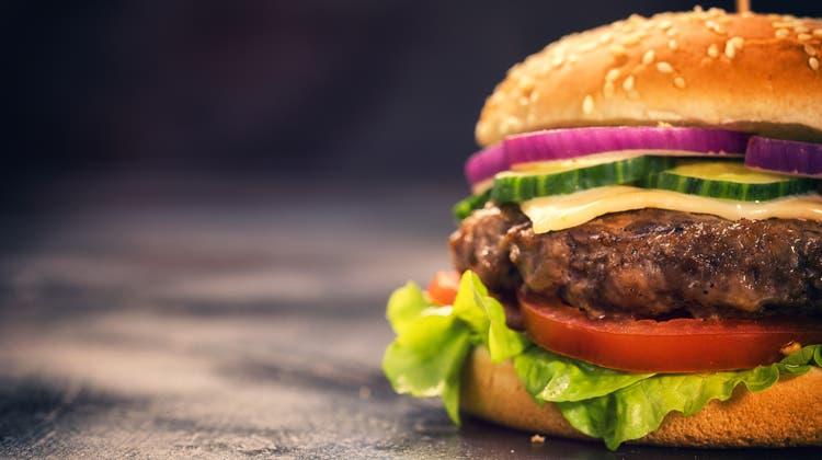 Zum Anbeissen. Künftig sollen Rindsburger vermehrt aus kultiviertem Fleisch bestehen. Doch bis zur Massenproduktion ist es noch ein weiter Weg. (Bild: Getty)