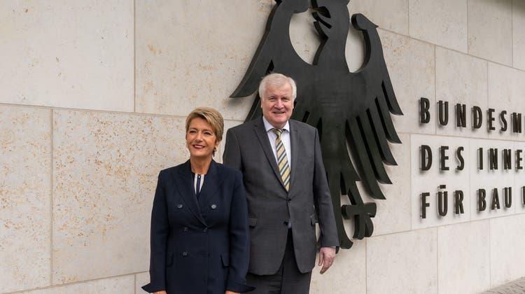 Bundesinnenminister Horst Seehofer hat Bundesrätin Karin Keller-Sutter zu einem Treffen in Berlin eingeladen. (EJPD/Twitter)