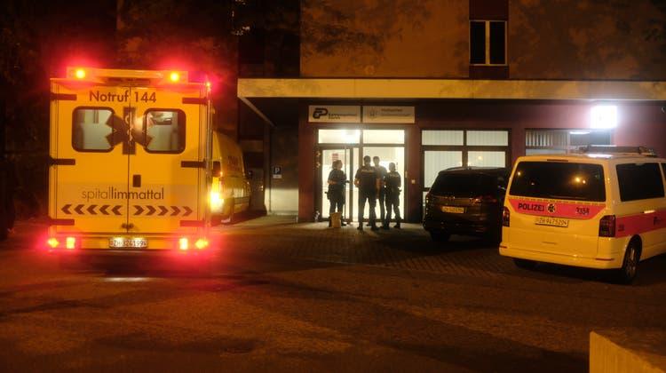 Nach der Schlägerei im SchlieremerZentrum wurden zwei Beteiligte noch in der Nacht auf Donnerstag ins provisorische Polizeigefängnis in Zürich gebracht. (Matthias Scharrer)