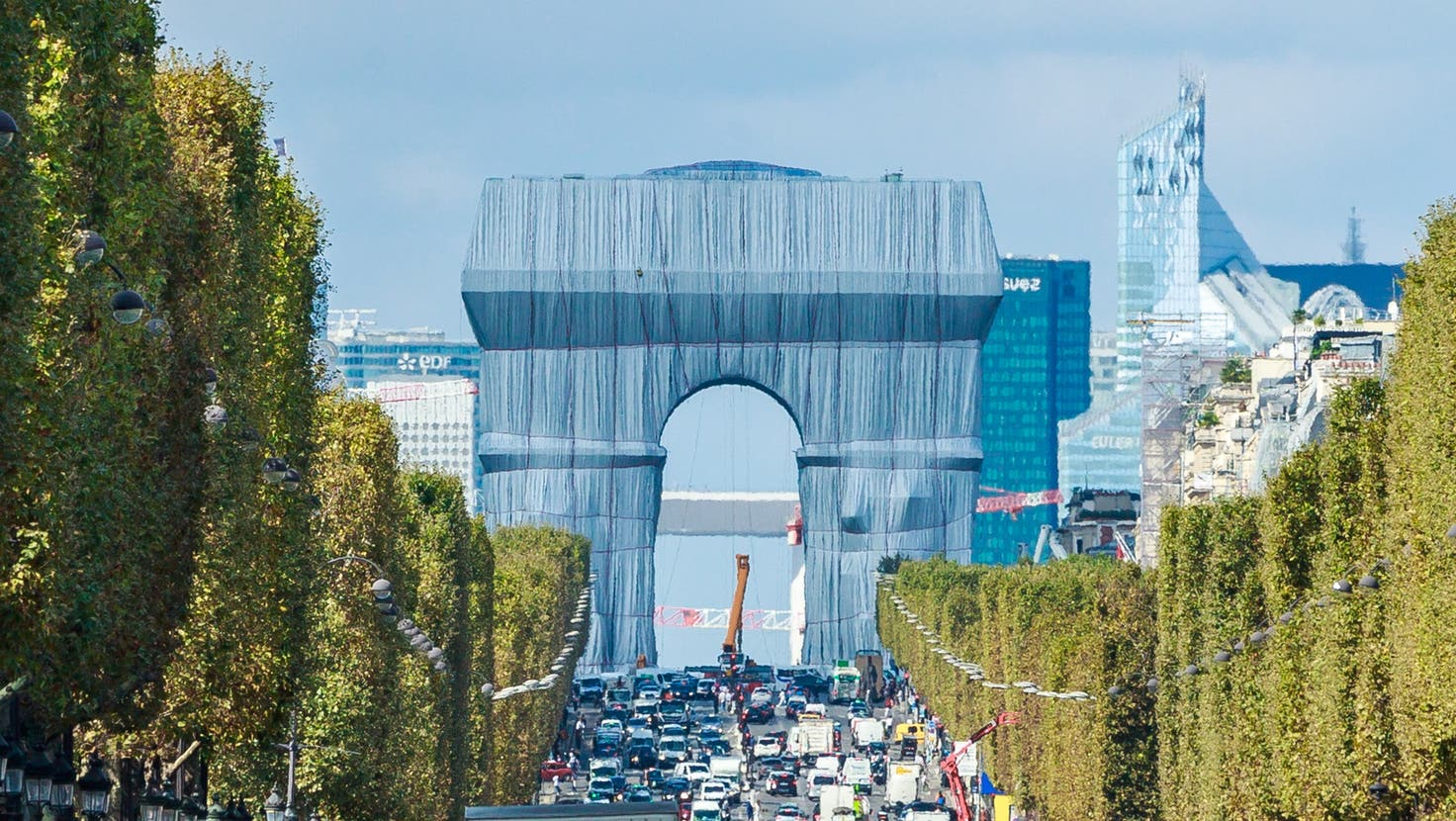 Das Kunstwerk steht kurz vor der Enthüllung. (Bild: Christophe Petit Tesson / EPA)