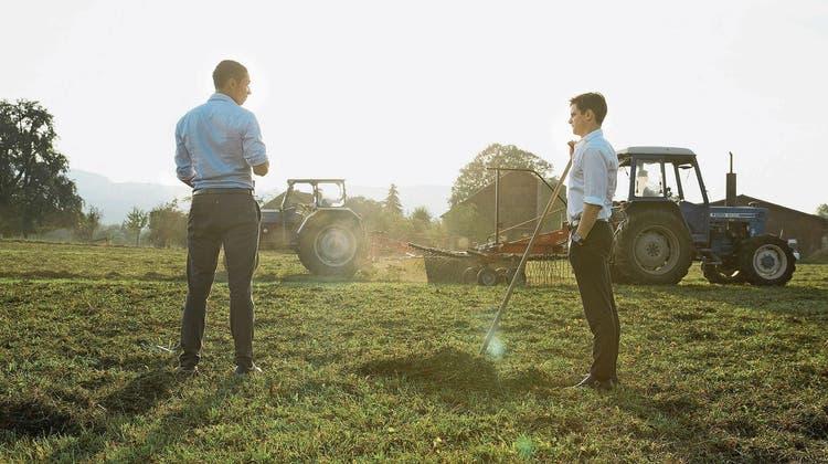 Der ernsthafte Versuch zum Sichern der Zukunft: Michi (Julian Koechlin, rechts) und sein Freund Joel (Benito Bause) schnuppern Landluft. (Bild: SRF)