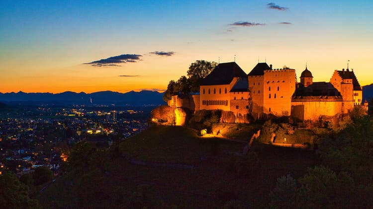 Die neue Schlossbeleuchtung soll die Lenzburg inszenieren und nicht wie bisher (im Bild) einfach beleuchten. (Jürg Maurer)