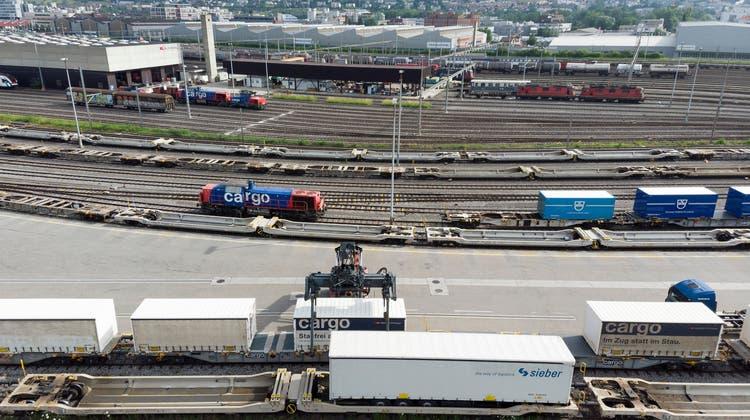 Die Verlagerung des alpenquerenden Güterverkehrs auf die Schienen hat im ersten Halbjahr 2021 weiter zugenommen. (Keystone)
