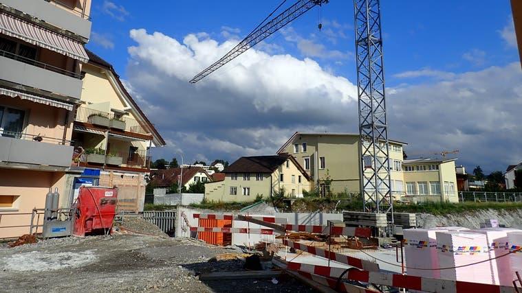 In Menziken enstehen gerade die Überbauungen Zivital Menziken, Grünau24 und Usserdorf: Aufnahme vom 29. Juli (Cynthia Mira)