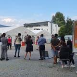 Schlange vor dem Impfzentrum des Kantonsspitals Aarau: Nach der Ankündigung der erweiterten Zertifikatspflicht stieg die Nachfrage markant. (Ann-Kathrin Amstutz)