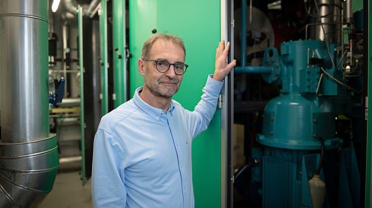 Auskunftgeber Stephan Kämpfen vor einer Wärmepumpe imBuchenhof (kantonales Baudepartement) in Aarau. (Michael Würtenberg)