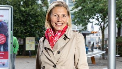 Susanne Marclay im Aarauer Kasinopark vor dem aktuellen Plakat gegen Lärm und Littering. (Valentin Hehli)