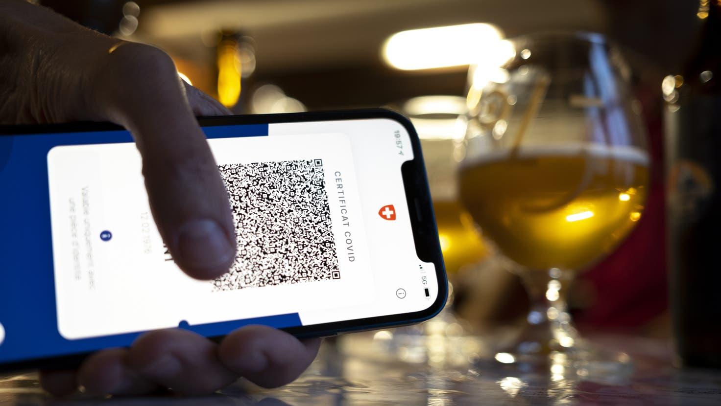 Wer ins Restaurant oder in die Bar will, braucht ein Covid-Zertifikat. Der Bundesrat will die Zertifikatspflicht lockern, sobald keine Überlastung der Spitäler mehr droht. (Laurent Gillieron)