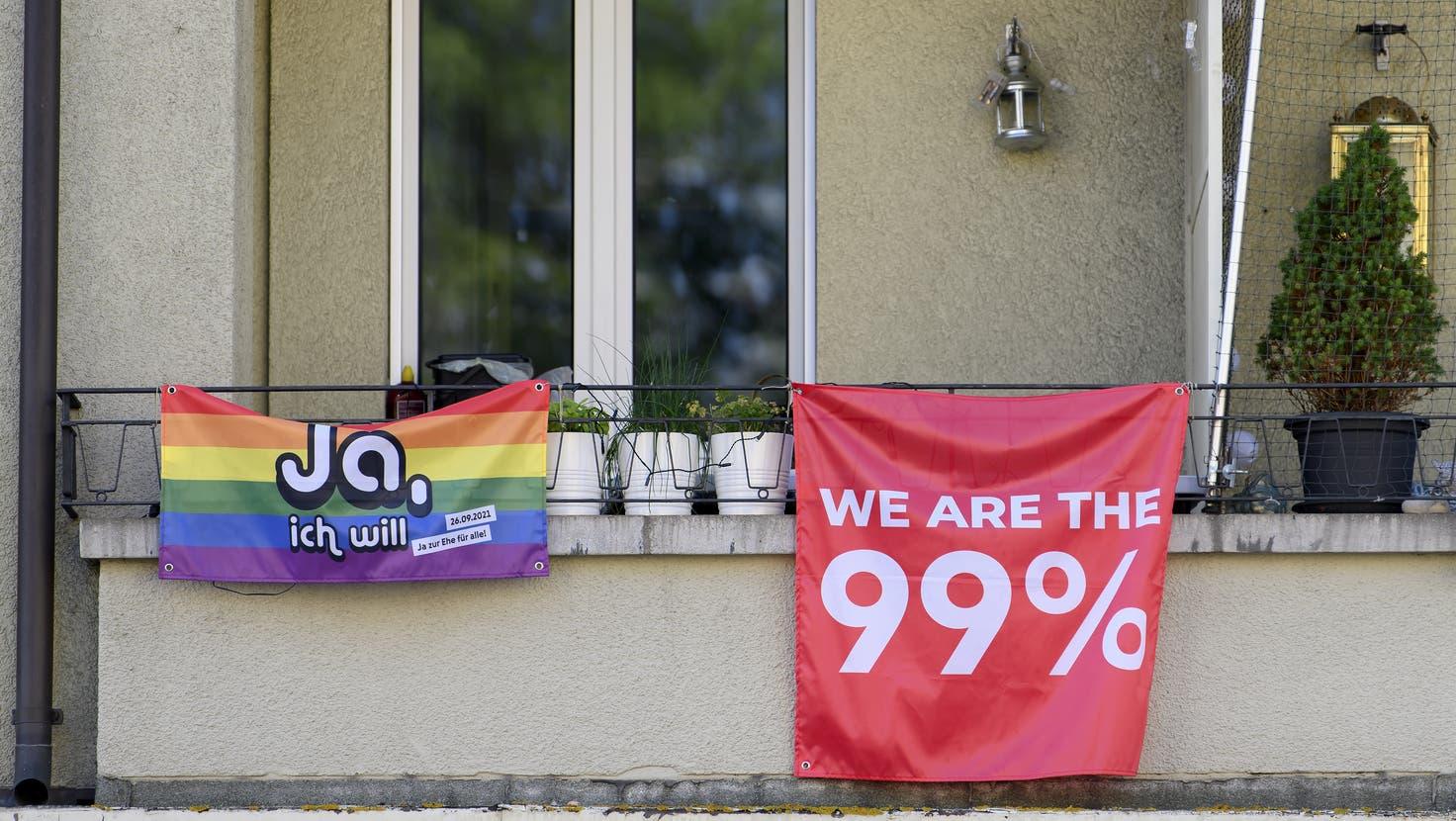 Zwei Fahnen an einem Balkon in Bern werben für die Abstimmung vom 26. September. (Bild: Anthony Anex / Keystone)