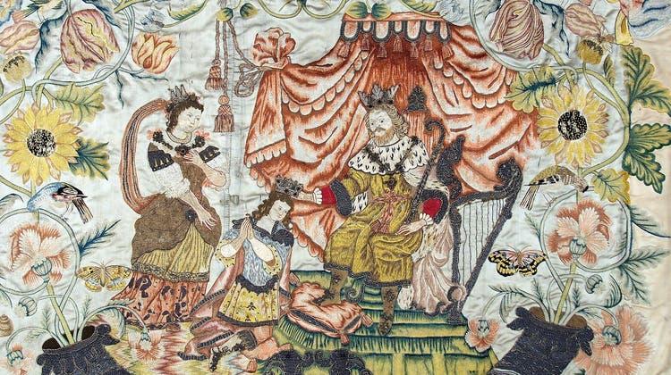 Stickerei auf Atlasseide: Teilansicht aus einem der Altarbehänge aus dem Kloster Maria Hilf. König David (mit der Harfe) setzt in Anwesenheit von Bathseba ihrem gemeinsamen Sohn Salomo die Krone auf. (Picasa)