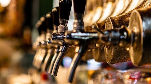 Schweizer Bier ist im Ausland Mangelware (Symbolbild). (Lucas Santos / Unsplash)