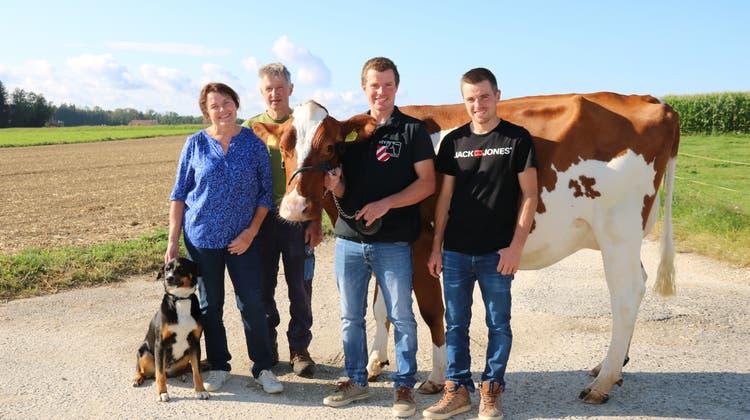 Die Familie Schläfli aus Horriwil bewirtschaftet 45 Hektaren Landwirtschaftsland. Milchwirtschaft, Viehzucht und Ackerbau sind die Produktionszweige. Von links: Veronika, Markus, Daniel und Silvan Schläfli. Mit dabei der Hofhund und die dreijährige Fleckviehkuh Barinya. (Benildis Bentolila)