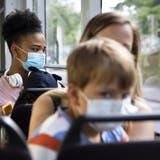 Die Maskenpflicht im öV gilt schon lange. Sollte nun auch die Zertifikatspflicht eingeführt werden? (Peter Klaunzer / KEYSTONE)