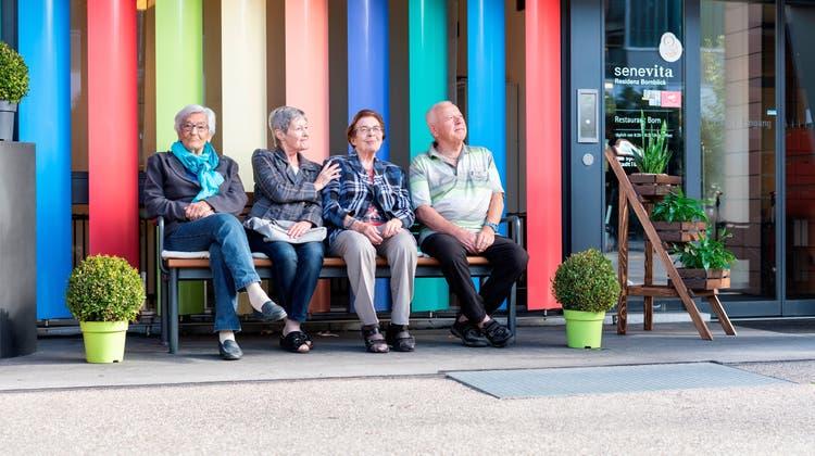 Eine farbige Sache: Gut gelaunte Seniorinnen und Senioren der Residenz Bornblick.