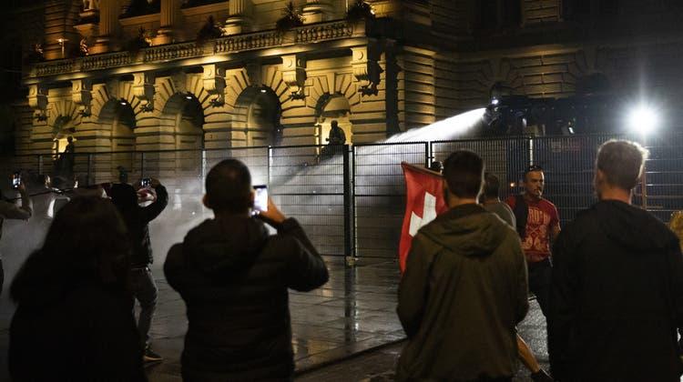 Als Demonstranten anfingen, den Zaun vor dem Bundeshaus zu beschädigen, setzte die Polizei den Wasserwerfer ein. (Bild: Peter Klaunzer)