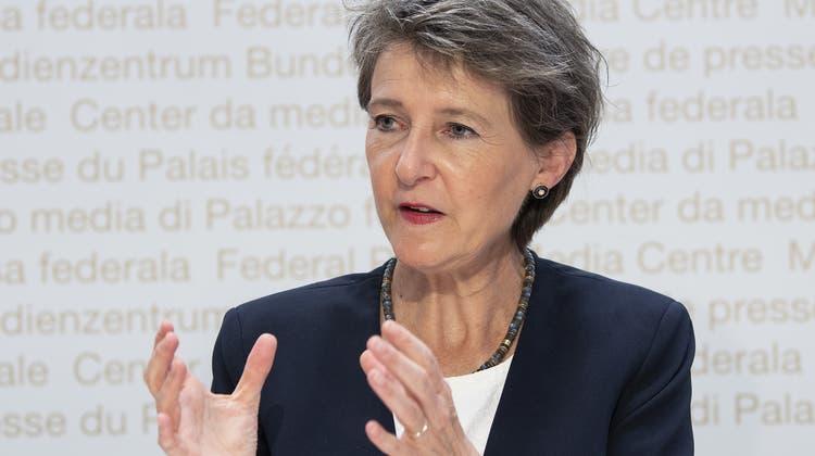 Umweltministerin Simonetta Sommarugaerklärt vor den Medien dieEckwerte der künftige Klimapolitik bis 2030. (Archivbild) (Keystone)