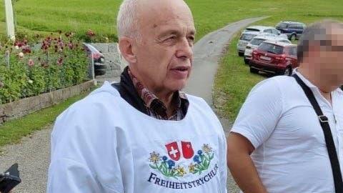 Bundesrat Ueli Maurer am vergangenen Sonntag in einem Hemd der «Freiheitstrychler» in Wald im Zürcher Oberland. (Twitter)