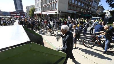 Clean-Up Day Grenchen: 23 Schulklassen mit über 400 Kindern und Jugendlichen sowie zwei Gruppen des Netzwerks und einige Vertreter der Grenchner Stadtverwaltung waren in Grenchens Quartieren unterwegs und haben Abfall gesammelt. (Oliver Menge / Nikon Z6)