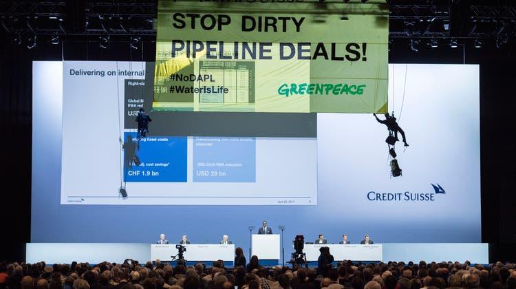 Greenpeace-Aktivisten seilen sich etwa 2017 imHallenstadion ab um gegen die Finanzierung von Pipeline-Projekten durch die CS zu wehren. (Keystone)