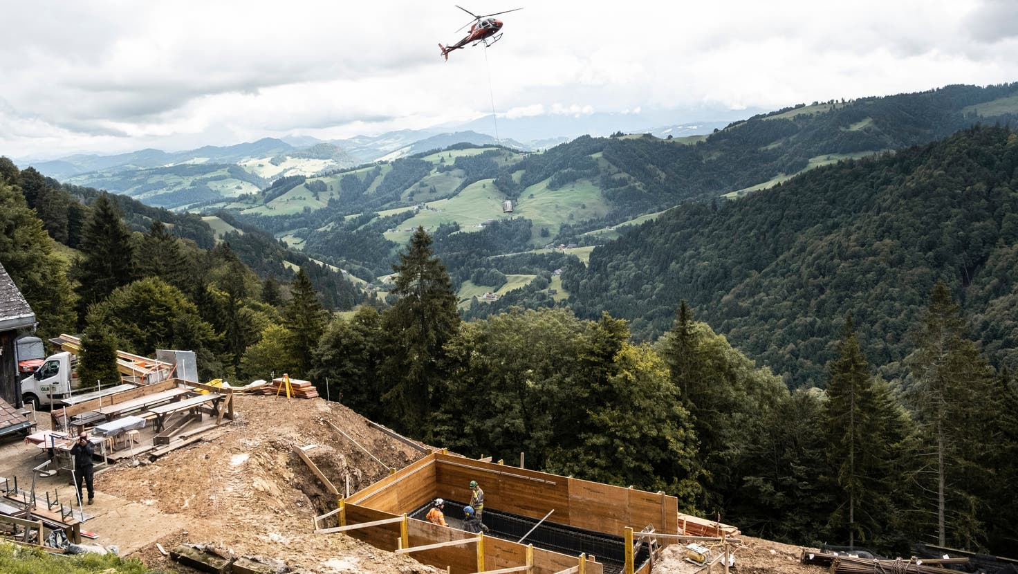 Am Donnerstag flog der Helikopter zum ersten Mal auf die Meiersalp. (Bild: Andri Vöhringer)