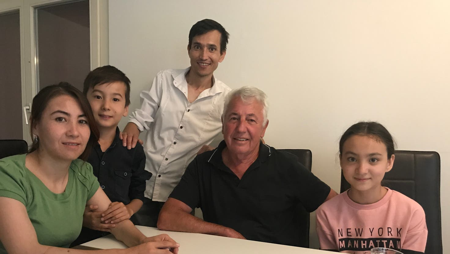 Endlich vereint nach acht Jahren: (v.l.) Sanowbar, Perviz, Ali und Arezoo Nazari in Welschenrohr. In der Mitte Hansruedi Gunziger, der beim dramatischen Familiennachzug half. (frb)