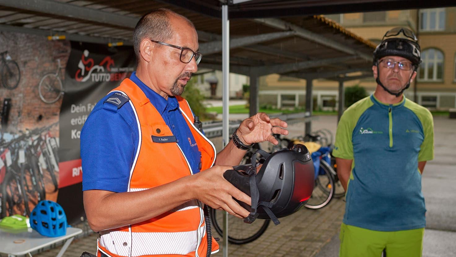 Kantonspolizist Roger Bader erklärt, was zu einer sicheren Ausrüstung dazugehört. Kursleiter Theo Stauffer hört aufmerksamzu. (José R. Martinez)