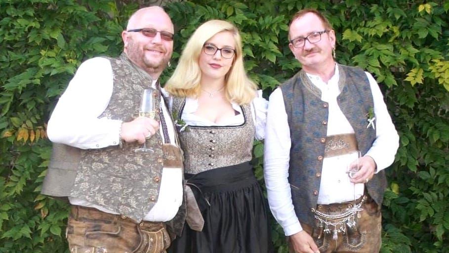 Nadia Meierhans am inoffiziellen Hochzeitsfest ihrer Väter Thomas (links) und Hermann vor drei Jahren. (Zur Verfügung gestellt)