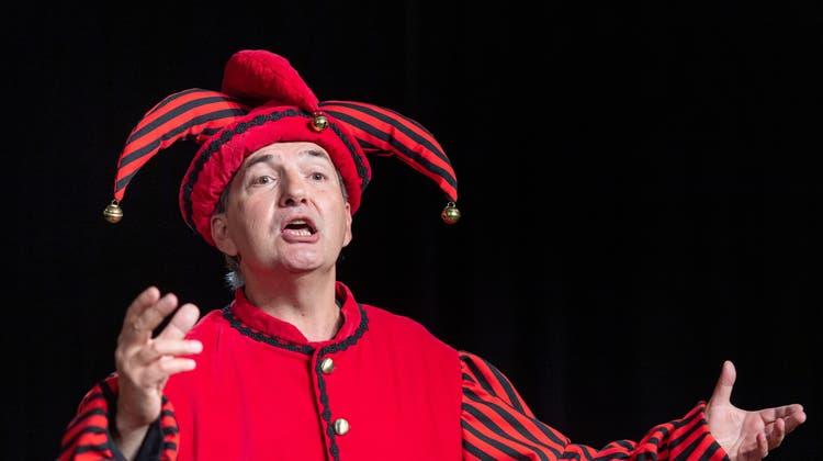 «Ergötzliches»: Nach eineinhalb Jahren tritt Thomas Götz wieder vor Publikum auf. Hier ist der Kabarettist Thomas Götz als Narr zu sehen. (Bild: Andrea Tina Stalder)