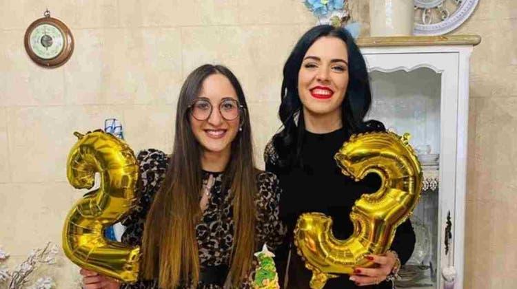 Heute sind sie ein Herz und eine Seele - und feiern alle Feste gemeinsam: Caterina (l) und Melissa wurden in der Wiege vertauscht.