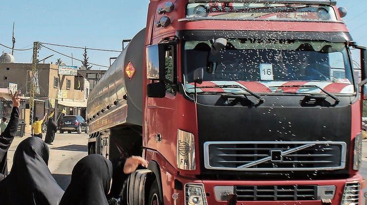 Tanklaster im Libanon: Hisbollah regelt die Diesel-Verteilung. (Keystone)