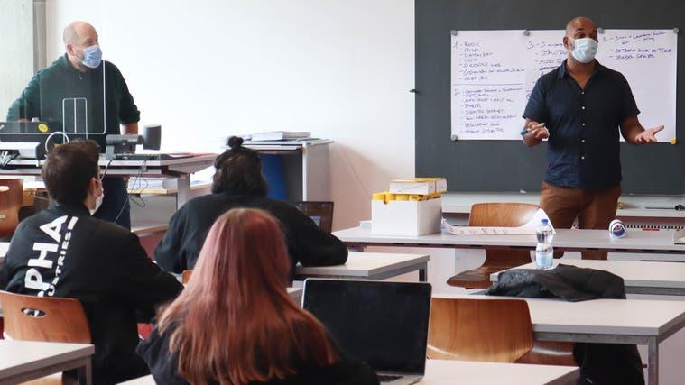 Autor Sunil Mann (rechts) und Lehrer Michael Weibel (links) diskutieren mit den Schülerinnen und Schülern über den Verlauf der Geschichte von«Tatort BSL». (Larissa Gassmann)
