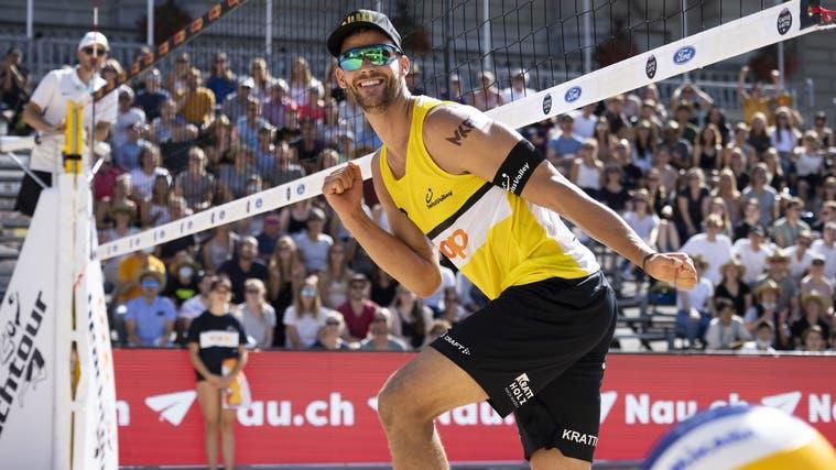 Marco Krattiger jubelt über einen Punkt im Finale der Beachvolleyball Schweizer Meisterschaften, am Freitag, 3. September 2021 auf dem Bundesplatz in Bern. (Bild: Peter Klaunzer / KEYSTONE)