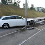 Das Auto eines 33-jährigen Mannes geriet in Wittenbach neben die Strasse und kollidierte mit einem Kandelaber sowie einer Leitplanke. (Bild: Kapo St.Gallen)