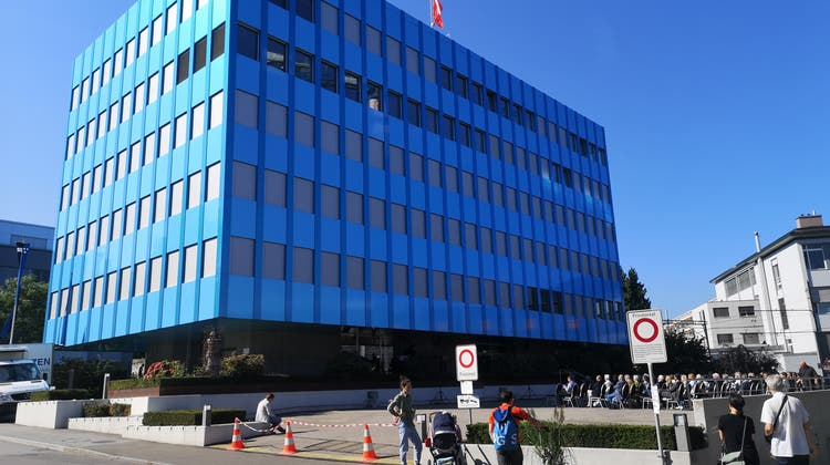 Einweihung der neuen Fassade des Wieland-Hauses in Aarau: Das Gebäude, dessen Fassade manchmal blau, manchmal grün ist. (Urs Helbling)